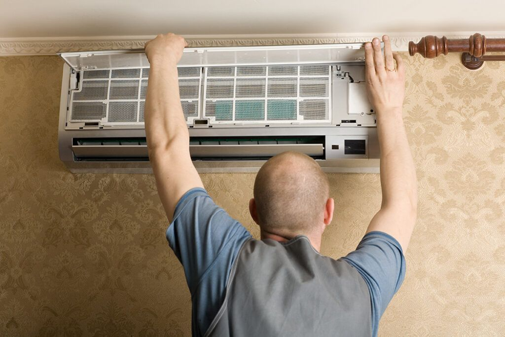 AC Installation Technician at Work in Plantation, FL